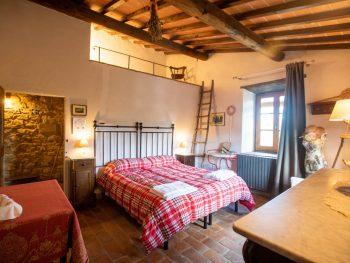 Il Vicovecchio è una accogliente camera, ideale per ospitare coppie che desiderano trascorrere momenti di relax nel cuore del Chianti.